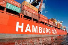 Eines der roten Schiffe der Hamburger Reederei HAMBURG SÜD liegt unter den Containerbrücken am HHLA Containertermerinal Burchardkai.