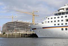Bug des Kreuzfahrtschiffs EUROPA in der Hambuger Hafencity - Baustelle des Unileverhauses am Strandkai. (2008)