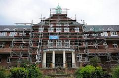 Architekturfotos aus Hamburg Altona - Fassade des Kinderkrankenhauses an der Bleickenallee - Baugerüst.