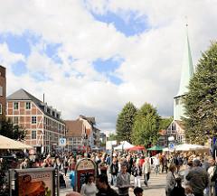 Landmarkt in Hamburg Bergedorft - Blick über die Strasse Sachsentor und den Johann Adolf Hasse Platz - dicht gedrängt gehen die BesucherInnen über den beliebten Hamburger Herbstmarkt.