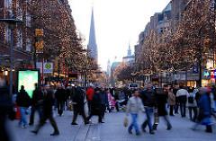 Weihnachtlicher Einkaufstrubel in der City Hamburgs - die Mönckebergstrasse ist für Busse u. KFZ gesperrt - Fussgänger schlendern auf der Strasse.