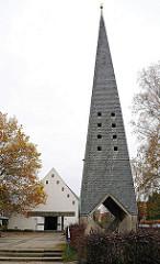 Kirchturm und Kirchenschiff der Saseler Lukaskirche - erbaut 1965, Architektin Brigitte Eckert-von Holst.
