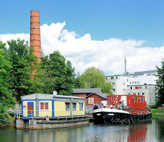 Hausboote - Wohnboote auf dem Veringkanal in Hamburg Wilhelmsburg - Fabrikschornstein des Kulturzentrums Honigfabrik.