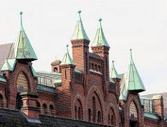 Mit Kupfer gedeckte Giebeltürme in der Hamburger Speicherstat - Neogotische Architektur - Fotos aus dem Hamburger Stadtteil Hafencity.