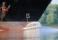Frachtschiff in Fahrt - Schiffsbug mit Anker; der Wulstbug ist unter Wasser - Wasserverdrängung.