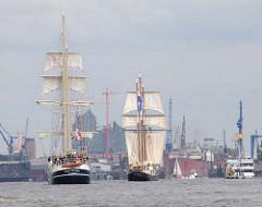 Segelschiffe im Hamburger Hafen zum Hafengeburtstag - im Hintergrund die Baustelle der Albphilharmonie.
