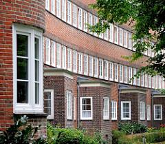 Hausfassade mit Fenstern - Wohnblock an der Glindstrasse der Jarrestadt in HH-Winterhude.