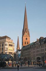 Blick vom Hamburger Rathausmarkt zur Mönckebergstrasse - Kirchtürme der St. Petrikirche und St. Jacobikirche.