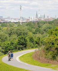 Blick von Hamburg Wilhelmsburg über Bäume Richtung Hansestadt Hamburg - Panorama an der Elbe.