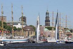 Schiffe beim Hamburger Hafengeburtstag vor den St. Pauli Landungsbrücken - in der Bildmitte das Kuppelgebäude mit dem Kupferdach des Alten Elbtunnels.