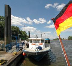 Boot der Wasserschutzpolizei - Harburger Anleger Süderelbe, Deutschlandfahne am Bootsheck.