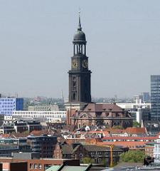 Blick über die Dächer der Hamburger Innenstadt zur St. Michaeliskirche, das Hamburger Wahrzeichen im Stadtteil Hamburg-Neustadt.