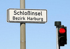 Schild Schlossinsel, Bezirk Harburg; rote Ampel.