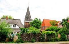 Dorfkern von Hamburg Curslack - Holzturm / Kirchenturm aus Holz der Kirche St. Johannis; erbaut ca. 1603.