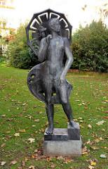 Bronzesfigur mit Schirm, Otto Peters (1978). Kunst im öffentlichen Raum - Grünanlage Hamburg Jenfeld.