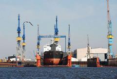 Schwimmdock der Werft Blohm Voss - Schiffsreparatur auf dem Werftglände von Hamburg Steinwerder.