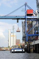 Krananlage mit  Greifer im Reiherstieghafen von Hamburg Wilhelmsburg - die Ladung eines Binnenschiff wird gelöscht.