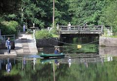 Kanu im Wasser der Alster bei der Mellingburger Schleuse - Holzbrücke über den Hamburger Fluss ALSTER.