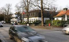 Strassenverkehr auf der Elbchausse - ehemalige Privatstrasse, 8,3 km entlang der Elbe von Ottensen nach Hamburg Blankenese.