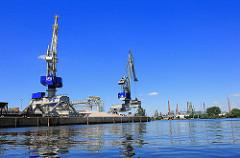 Hafenkräne im Harburger Seehafen. Blick auf die Süderelbe.