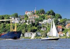 Schiffe auf der Elbe vor Hamburg Blankenese - Frachtschiff und Segelboote; Süllberg.