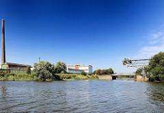 Blick vom Müggenburger Kanal in den Moorkanal, der zum Hovekanal führt. Hamburger Industriegebiet auf der Veddel.