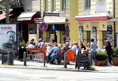 Mittagszeit in Hamburg St. Georg - Restaurant mit Gastronomie an der Langen Reihe - die Gäste sitzen beim Essen im Freien in der Sonne - Bilder aus Hamburg St. Georg.