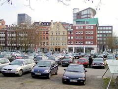 Blick über den Parkplatz mit parkenden Autos auf dem Domplatz zum historischen Barockhaus / Bürgerhaus im Schopenstehl ( 2001 ).