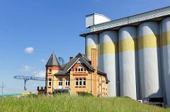 Historisches Einzelhaus, gelber Klinker und Silos am Reihersteig in Hamburg Wilhelmsburg.
