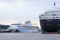 Kreuzfahrtschiffe in Hamburg - Aida Aura am Terminal Altona - Queen Mary 2 läuft in den Hamburger Hafen ein.