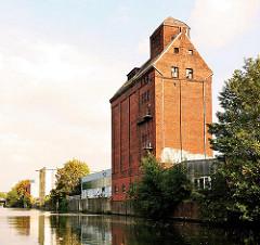 Historische Industriearchitektur in Hamburg Hammerbrook - Ziegelgebäude / Silo am Ufer des Mittelkanals.