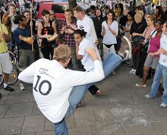 Capoeira Strassenvorführung auf dem Schanzenfest - brasilianischer Kampftanz in der Roda.