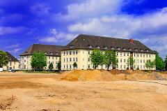 Grossbaustelle Wohnungsbauprojekt Jenfelder Au - Kasernengebäude, die zukünftig zu Wohnungen umgebaut werden sollen - Stadtteilfotos aus Hamburg-Jenfeld.