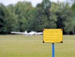 Hinweisschild auf den Flugplatz - Startwiese des Segelflugplatzes Boberg im Hamburger Stadtteil Lohbrügge.