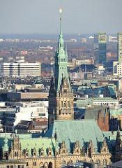 Kupferdach und Turm des Hamburger Rathauses.