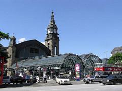 Hamburger Hauptbahnhof - Eingang Kirchenallee; Glasdach und historische Architektur; eröffnet 1906
