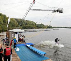 Wasserskianlage Neuländer See; ein Wasserskifahrer startet  - Bilder aus den Hamburger Stadtteilen.