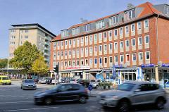Hamburger Architektur - Wohngebäude im Architekturstil der 1960er Jahre - Hochhaus  und mehrstöckiges Wohnhaus in Hamburg Dulsberg.