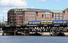 Blick über die Oberhafenbrücke und den Oberhafenkanal Richtung Hamburg Hammerbrook - Kontorhaus am Stadtdeich - Hamburger Fruchthof - Metronomzug auf der Eisenbahnbrücke.