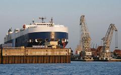 Hamburger Hafenbecken - Blick in den Hansahafen  - RoRo Schiff und Schwimmkräne.