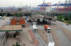 Zollstation Hamburg Waltershof - Zollgrenze im Hamburger Hafen / Freihafen; Sattelschlepper mit Containern passieren die Zollgrenze  - im Hintergrund Containerkräne am Walteshofer Hafen.