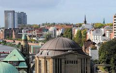 Blick auf die Kupferkuppel des Eingangsgebäudes des alten Elbtunnels. Im Hintergrund die St. Pauli Hafenstrasse.