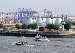 Ausflugsschiffe auf der Elbe in Fahrt Richtung St. Pauli Landungsbrücken  - Faultürme des KLärwerks auf dem Köhlbrand. Bilder aus dem Hamburger Stadtteil Steinwerder.