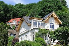 Wohnhäuser am Elbhang mit Blick auf die Elbe - Bilder aus dem Hamburger Stadtteil Blankenese, Bezirk Altona.
