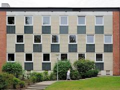 Wohnhaus im Hamburg Marmstorf - Etagengebäude; Fassade mit quadratischer Anordnung; Mosaik als Dekor.