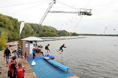 Hamburgs Wasserskilift im Stadtteil Neuland am Neuländer See.