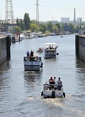 Sportboote in der Harburger Tideschleuse . Einfahrt in den Harburger Binnenhafen.