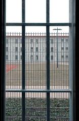 Justizvollzugsanstalt JVA Hamburg Billwerder vergitterte Fenster Gefängnisfenster.