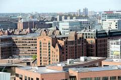 Luftaufnahme des historischen Speicherblocks B in der Hamburger Hafencity / Speicherstadt - historische Architektur zwischen Neubauten.