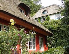 Reetgedeckte Wohnhäuser - Rosensträucher - Vorgarten, Treppenviertel Hamburg Blankenese, Elbvororte